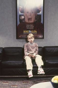 """November """" 1991 – When the SNL cast picks on host Macaulay Culkin, he sends Chris Farley flying into a table full of pizza """" Kevin Home Alone, Home Alone Movie, Chris Farley, Macaulay Culkin, Photo Wall Collage, Movies Showing, Beautiful Celebrities, Aesthetic Wallpapers, Nostalgia"""