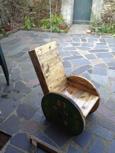 Armchair made from a recycled wood pallet and an old cable reel.  Fauteuil a partir d'une palette et d'un touret.   Idea sent by Romain !