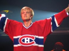 Nick Carter in a Habs jersey! *Love*