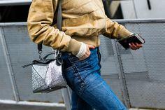 Vus dans les rues de la Fashion Week, le retour du Levi's 501, l'ourlet effiloché ou taillé aux ciseaux,
