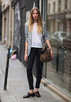 Blazer cinza, t-shirt branca, calça preta, loafer marrom