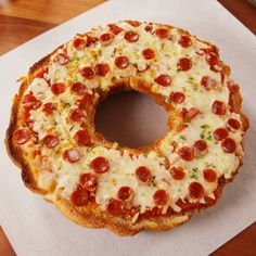Giant Pizza Bagel 2019 2 cans pizza dough baked in a bundt toppings The post Giant Pizza Bagel 2019 appeared first on Lunch Diy. Pizza Recipes, Appetizer Recipes, Cooking Recipes, Pizza Snacks, Pizza Food, Party Appetizers, Party Food Recipes, Snacks For Party, Superbowl Party Food Ideas
