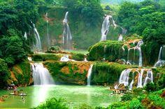 """全長300、高さ50mの「バンゾック滝」。ベトナムと中国国境沿いの街""""カオバン""""近郊。"""