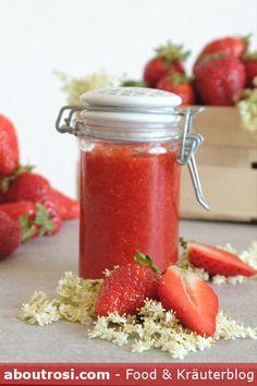 Dieses einfache Erdbeer-Rhabarber Marmelade Rezept kann bestimmt jeder selber machen. Die Holunderblüten geben der Erdbeermarmelade eine ganz wunderbare Süße. Salsa, Jar, Vegetables, Food, Strawberries, Edible Gifts, Diy, Food Food, Essen