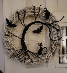 halloween wreaths Are you looking Elegant Halloween wreath; So, why not check out some creepy and yet fascinating Halloween wreath ideas at Gravetics. Spooky Halloween, Halloween Noir, Holidays Halloween, Vintage Halloween, Halloween Crafts, Holiday Crafts, Happy Halloween, Halloween Wreaths, Halloween 2020