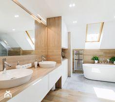Duża łazienka na poddaszu, połączenie ciepłego koloru drewna, bieli i chłodnego betonu - zdjęcie od pf design