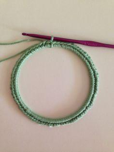 Wat heb je nodig:     * Een ring ( van metaal, karton of plastic) met een diameter van 10 cm.   Ik gebruikte een dun metalen armbandje....