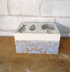 Caja de madera estilo envejecido. Fotografía antigua y acabado en decoupage. de CAMALEONGOGO en Etsy https://www.etsy.com/es/listing/207109308/caja-de-madera-estilo-envejecido