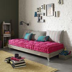Cajones blancos y sofá. letras en pared
