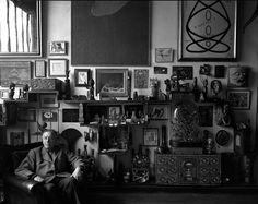 André Breton posando em frente à sua parede, 1955