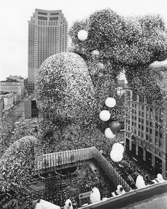 """1998 ed. of Guinness book says, """"The largest ever mass balloon release was one of sponsored by United Way at Public Square in Cleveland, O. Photos Du, Old Photos, Vintage Photos, Vintage Pins, Guy Fawkes, Rms Titanic, Rafael Urdaneta, Balloon Release, Wisconsin"""