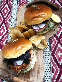 This quick healthy salmon burger recipe is a must-try meal for summer! Healthy Salmon Burgers, Easy Healthy Dinners, Healthy Recipes, Clean Eating Recipes, Healthy Eating, Eat Happy, Cheap Meals, Cheap Recipes, Best Dinner Recipes
