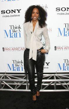 Kelly Rowland porte un chemise blanc, des collants noir et très serré.