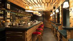 Depuis la Guitare dans les 50s, jusqu'à un bar glauque dans les années 2000, cette adresse de la rue Hautefeuille a toujours été un débit de boissons. Aujourd'hui, derrière la porte discrète de la minifaçade se cache un joli petit écrin  ...