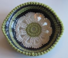 Pie plater holder, pattern. Cute for when attending a potluck or even just keeping a meal warm on the table....DON'T use a polyester yarn or it will melt :)