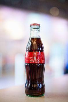 誕生から100年を迎えるくびれが付いたコカ・コーラのボトル(同社提供) ▼27Feb2015時事通信 「くびれボトル」誕生100年=米内外でキャンペーン-コカ・コーラ http://www.jiji.com/jc/zc?k=201502/2015022700192 #Coca_Cola #Coke #可口可乐 #可口可樂 #كوكا_كولا #Кока_кола #코카콜라 โคคา-โคล่า கொக்கக் கோலா कोका कोला #קוקה_קולה