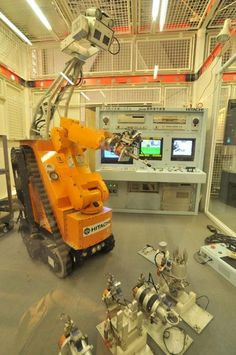 スワン(SWAN)。日本に本社を置くHitachi, Ltd.によって開発された軽作業などに対応するロボットの一つ。原発での使用を想定されて段差や階段を進むことが出来るとのこと。マニピュレーターで扉の開閉もできる。