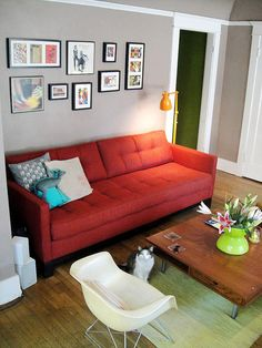Red sofa/grey walls/turquoise and apple green accents. Red couch living room, Living room red Living Room : 7 looks 7 different colorsInt. Red Couch Living Room, Leather Living Room Set, New Living Room, Living Room Decor, Small Living, Living Area, Sofa Design, Interior Design, Orange Couch