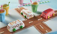 Kleine Autobusse - Kleine Fertigkuchen mit Dekor-Fondant und Zuckerschrift verziert
