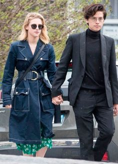 Cole Sprouse and Lili Reinhart make an adorable pair on and off screen! The Riverdale costars, who play fan-favorite couple Betty and Jughead on The CW series, Memes Riverdale, Riverdale Betty, Bughead Riverdale, Riverdale Funny, Sprouse Bros, Dylan Sprouse, Lily Cole, Betty Cooper, Dylan E Cole