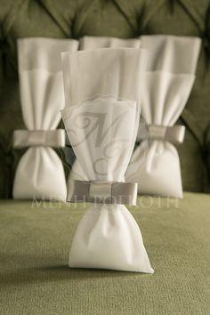 Μπομπονιέρες γάμου σε κλασικό ύφος από λευκό τούλι και γκρι σατέν φιόγκο