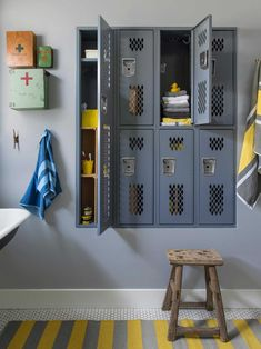 Bathroom Storage: College vintage lockers, With recycled first aid kits adjourned together for classy bathroom inspiration. Vintage Lockers, Metal Lockers, Built In Lockers, Home Lockers, Casa Kids, Diy Home Decor For Apartments, Bathroom Kids, Locker Room Bathroom, Serene Bathroom