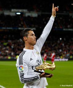 CR7 ofreciendo su tercera Bota de Oro al Santiago Bernabéu