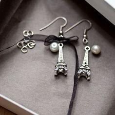Ce kit de créations vous permettra de vous initier à la création de bijoux avec des boucles d'oreilles.Vous aurez besoin d'une pince à bec rond pour manipuler les clous et les anneaux.Ce kit comprend :- 2 breloques Tour Eiffel- du ruban- 2 perles- 2 crochets d'oreille- des anneaux- des clousExiste aussi en version Bronze vieilli.
