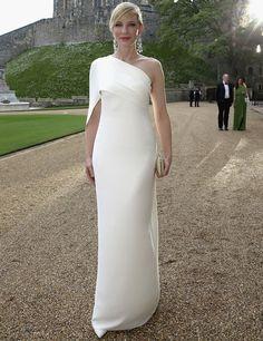 Cate Blanchett eligió este vestido blanco asimétrico con volante de Ralph Lauren colección Otoño 2014 combinado con unos salones del mismo color, clutch nude y uno largos pendientes.