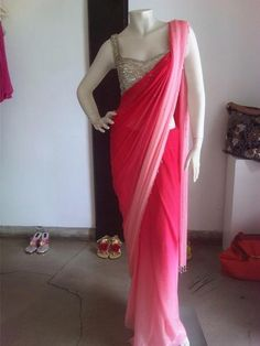 Double shaded saree in pink. With neutral blouse. Trendy Sarees, Stylish Sarees, Fancy Sarees, Saree Blouse Neck Designs, Saree Blouse Patterns, Sarees For Girls, Saree Wearing, Modern Saree, Chiffon Saree