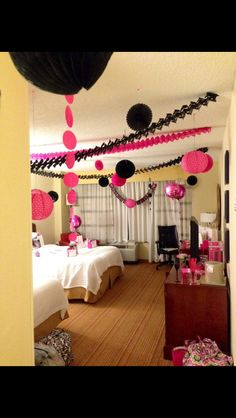Bachelorette Party Weekend. Hot Pink, Black, and Silver. Decorate a hotel room for your bachelorette party ... What a good idea !