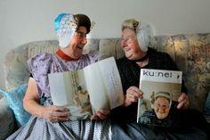 Arnemuidse vrouwen met een tijdschrift waar ze zelf instaan.