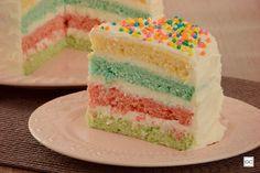 Confira esta receita de bolo arco-íris de gelatina, uma opção deliciosa e pra lá de charmosa para surpreender todos seus convidados na próxima festinha!