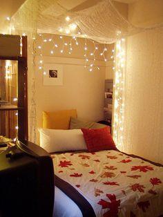 Haz un toldo iluminado para tu cama utilizando luces de carambanos. | 46 Fabulosas ideas para utilizar tus luces navideñas en cualquier ocasión