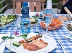Hiidenuhman keittiössä katettiin kesäpöytään Spring Aqua Premium -pullot.