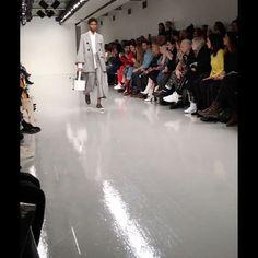 #ELLEshowtime  이번 시즌 유돈초이(@eudonchoi)는 '덱케 by 유돈초이'를 선보였습니다. 건축가 아돌프 루스에게 영감받아 탄생한 모던한 '잇'백들이 유돈초이의 조형적인 의상들과 조화를 이루었네요. @deckeofficial @fantasticmrchoi  via ELLE KOREA MAGAZINE OFFICIAL INSTAGRAM - Fashion Campaigns  Haute Couture  Advertising  Editorial Photography  Magazine Cover Designs  Supermodels  Runway Models