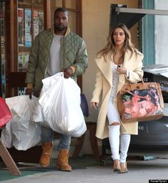 Kanye West Photos - Couple Kim Kardashian and Kanye West out doing some shopping at a sporting goods store in Los Angeles, California on December Kim was rocking a purse with naked ladies painted on it. - Kim and Kanye Shop at a Sporting Goods Store Kim Kardashian Kanye West, Kardashian Family, Kardashian Fashion, Kanye West Style, Kanye West And Kim, Kardashian Christmas, Estilo Jenner, Kim K Style, Couple