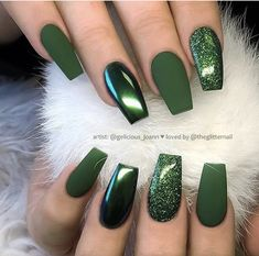 Nail art Christmas - the festive spirit on the nails. Over 70 creative ideas and tutorials - My Nails Stylish Nails, Trendy Nails, Hair And Nails, My Nails, Green Nail Designs, Nagellack Design, Best Acrylic Nails, Acrylic Nails Green, Matte Green Nails