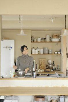 書籍や雑誌などで活躍するほか、ご自宅で製菓教室も開く本間節子さんのキッチン。/心地よく暮らすためのマイルール(「はんど&はあと」2013年1月号)