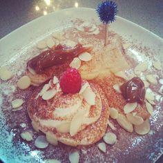 Skinny banana split w/ greek yogurt, skinny cocoa, dulce de leche & almond flakes. #healthyfood #snack - @melissazino- #webstagram