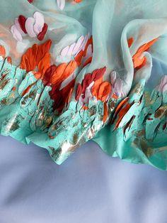 L'univers textile de la créatrice Anna Wilson se construit autour de la couleur et de la texture. Avec une formation en construction textile, ses créations associent de nombreuses techniques (sérigraphie, dorure, point de broderie…) pour créer une expérience unique autour de la matière textile. Le but: créer des textiles haut de gamme très texturés à partir de procédés simples et artisanaux. Romantique et futuriste à la fois, c'est un travail textile fort intéressant.