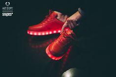 Lauter als All Red geht nicht? Denkste, denn Wize & Ope setzen mit dem neuen LED Sneaker The Light noch einen drauf! Die LEDs in der Sohle leuchten in sieben Farben und das Farblauf-Programm lässt sogar das knallrote Upper dieses Low Cut-Sneakers in den Hintergrund treten - check das Video! Artikelnr.: 1040059 Sizerun: 36-45 Preis: 159,99 Euro #snipes #snipesknows #wizeope #allred #ledsneaker #sneaker