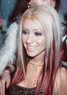 Top 40 Most Beautiful Hair Looks of Christina Aguilera – Celebrities Woman 90s Hairstyles, Pretty Hairstyles, Christina Aguilera Hair, Red To Blonde, Grunge Hair, Hair Highlights, Blonde Hair Red Streaks, Black Hair With Red Highlights, Tips Belleza