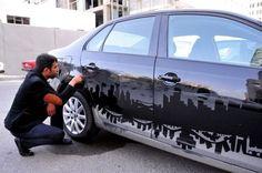 le gardien de parking dessine sur la poussiere des carrosseries 5   Un gardien de parking dessine dans la poussière des carrosseries   voitu...