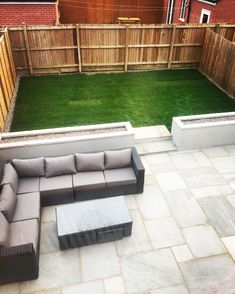 Kandla grey patio Concrete raised flower beds Yakoe 8 seater sofa Raised level grass area with stone border - Alles über den Garten Patio Diy, Pallet Patio, Small Backyard Patio, Backyard Patio Designs, Outdoor Pergola, Backyard Landscaping, Landscaping Ideas, Small Pergola, Outdoor Spaces