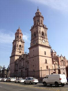 La catedral se localiza en el primer cuadro de la ciudad, conformando la traza del Centro histórico de Morelia. El edificio fue construido en el siglo XVIII en la época de la Colonia Española, es de estilo barroco y está realizado en cantera rosada que le da un color peculiar y característico.