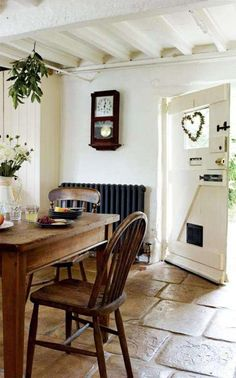 Cotswold cottage kitchen with natural stone tile, hanging herbs, ceiling and dark walnut table and chairs Cottage Living, Cottage Style, Rustic Cottage, White Cottage, Style At Home, English Country Cottages, English Cottage Kitchens, English Cottage Interiors, Estilo Country