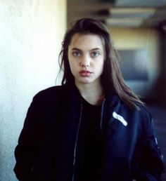 For those who said Angelina Jolie had a lot of cosmetic surgery: She was born gorgeous and this teenage pic proves it, her famous lips are the same, and so her whole face ; Brad Pitt, Shiloh Pitt, Jolie Pitt, Le Jolie, Pretty People, Beautiful People, Beautiful Women, Angelina Jolie 90s, Taylor Hill