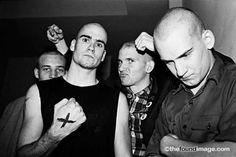 80's straight edge. Henry Rollins nofeenho e de X na mão.