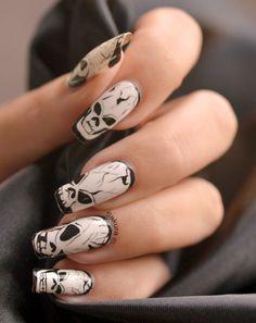 Nail Art Halloween - Skulls phosphorescents et Pas à Pas - Nail Art Sakura Nail Art Halloween, Halloween Nail Designs, Spooky Halloween, Halloween Season, Halloween Kunst, Skull Nail Art, Skull Nails, Nail Art Designs 2016, Scary Nails